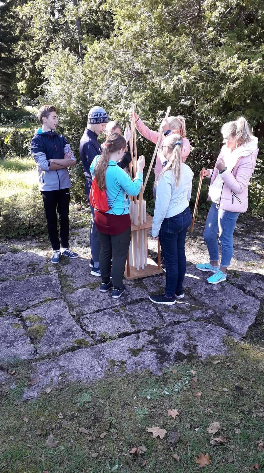 8. klass lahendab pulgamängu ülesannet  (Foto autor: Maarika Matt)